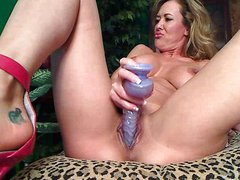 Flexible mature dildoing pussy
