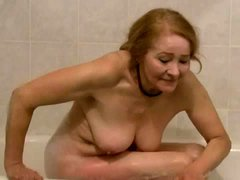 Sexy old cocksucker in the bathtub